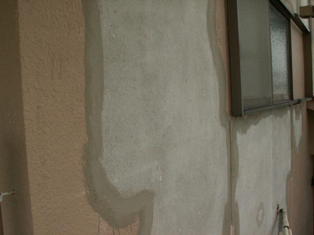 旧塗膜との境目にモルタルを薄く補修します。