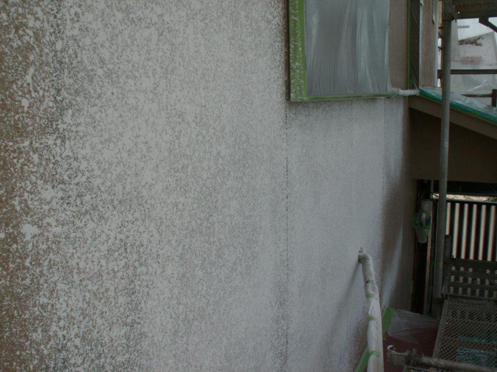 戻し吹き。前の塗装と同じ物を吹き付けて模様を合わせます。この後、塗装にうつります。(戻し吹きをしないと補修跡が目立ちます。)下地にサーフ厚塗りの場合は不要です。